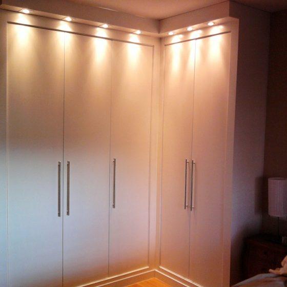 Armario con iluminaci n led carpinter a luque - Iluminacion interior armarios ...